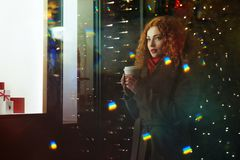 Dziewczyna z nagrzanie napojem światełka świąteczne zdjęcia royalty free