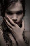 Dziewczyna z niciami na twarzy fotografia stock