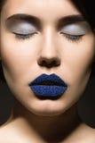 Dziewczyna z niezwykłymi błękitnymi wargami Zdjęcie Royalty Free