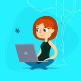 Dziewczyna z notatnikiem pod drzewem Zdjęcie Royalty Free