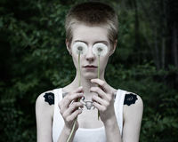 Dziewczyna z oczami kwiaty w lesie fotografia royalty free