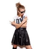 Dziewczyna z okularami przeciwsłonecznymi daje rock and roll znakowi Zdjęcia Stock
