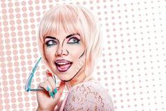 Dziewczyna z okularami przeciwsłonecznymi i makeup w stylowej wystrzał sztuce na barwionym plecy Zdjęcia Royalty Free