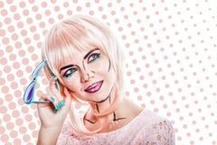 Dziewczyna z okularami przeciwsłonecznymi i makeup w stylowej wystrzał sztuce na barwionym plecy Obrazy Stock