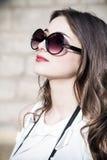 Dziewczyna z okularami przeciwsłoneczne Obrazy Royalty Free