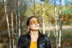 Dziewczyna z okularami przeciwsłonecznymi w jesieni Fotografia Royalty Free