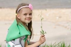 Dziewczyna z ostrzem trawa w rękach Obrazy Royalty Free