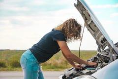 Dziewczyna z otwartym samochodowym kapiszonem Obrazy Royalty Free
