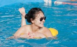 Dziewczyna z pływacką butlą Zdjęcie Stock