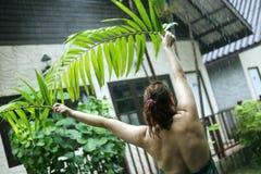 Dziewczyna z palmowymi liśćmi Zdjęcia Stock