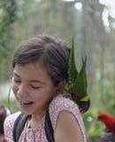 Dziewczyna z papugą na jej ramieniu obraz royalty free