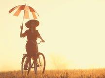 Dziewczyna z parasolem na rowerze obrazy stock
