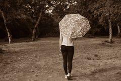Dziewczyna z parasolem, sepiowa fotografia Zdjęcie Stock