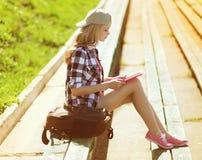 Dziewczyna z pastylka komputerem osobistym pracuje w miasto parku Fotografia Stock