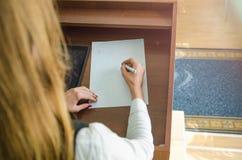 Dziewczyna z piórem w jej ręce Obrazy Royalty Free