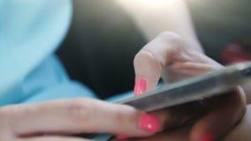 Dziewczyna z pięknym manicure'em pisze SMS w telefonie Zakończenie zbiory wideo