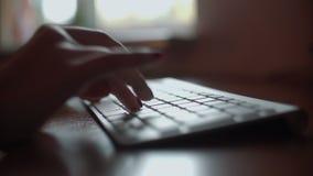 Dziewczyna z pięknymi rękami i manicure'em pisać na maszynie tekst na klawiaturze zbiory wideo