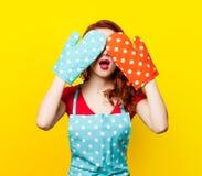 Dziewczyna z piekarnika fartuchem i rękawiczkami Obrazy Stock