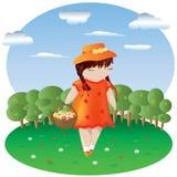 Dziewczyna z pigtails w pomarańcze sukni i kapeluszu z koszem w kropkowanym z kwiatami, za niebem i lasem Obrazy Royalty Free