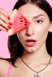 Dziewczyna z plasterkiem arbuz na różowym tle Obrazy Stock