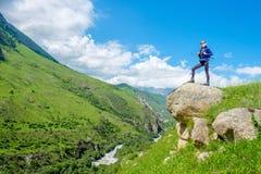Dziewczyna z plecakiem jest odpoczynkowa w górach Panorama Kaukaz góry zdjęcia royalty free
