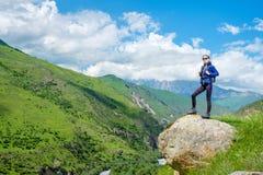 Dziewczyna z plecakiem jest odpoczynkowa w górach Panorama Kaukaz góry obrazy royalty free