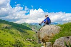 Dziewczyna z plecakiem jest odpoczynkowa w górach Panorama Kaukaz góry zdjęcie royalty free