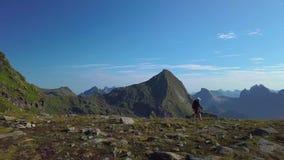 Dziewczyna z plecakiem podróżuje w górach zdjęcie wideo