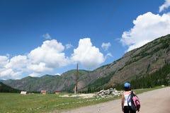 Dziewczyna z plecakiem w górach obraz royalty free
