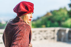 Dziewczyna z pomadką ubierającą w Burgundy zdjęcie royalty free