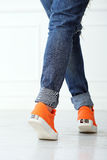Dziewczyna z pomarańczowymi butami Zdjęcia Royalty Free