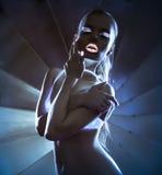 Dziewczyna z pozafioletowym makijaż dyskoteki tanem Fotografia Royalty Free