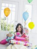 Dziewczyna Z prezentów urodzinowych ono Uśmiecha się Zdjęcia Royalty Free