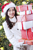 Dziewczyna z prezentami zbliża choinki Fotografia Royalty Free