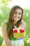 Dziewczyna z prezentem w parku Fotografia Stock