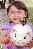 Dziewczyna z Prosiątko Bankiem Zdjęcia Royalty Free