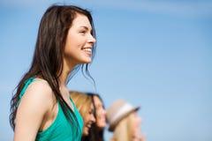 Dziewczyna z przyjaciółmi chodzi na plaży Obrazy Royalty Free