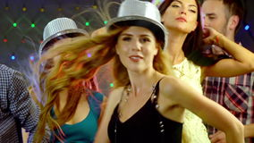 Dziewczyna z przyjaciółmi tanczy w klubie nocnym zdjęcie wideo