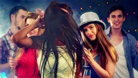 Dziewczyna z przyjaciółmi tanczy w klubie nocnym zbiory