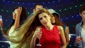 Dziewczyna z przyjaciółmi tanczy w klubie nocnym zbiory wideo