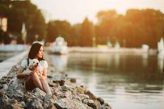 Dziewczyna z psem na deptaku Obrazy Royalty Free