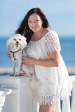 Dziewczyna z psem na nadbrzeżu Fotografia Royalty Free