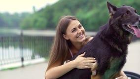 Dziewczyna z psem w parku zdjęcie wideo