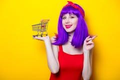 Dziewczyna z purpurami barwi włosy i supermarket furę Obrazy Stock