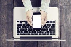 Dziewczyna z pustym telefonem komórkowym i laptopem zdjęcia royalty free