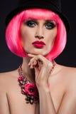 Dziewczyna z różowym włosy i dekoracją Obrazy Stock