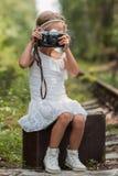 Dziewczyna z retro kamerą w rękach zdjęcie royalty free