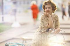 Dziewczyna z rocznika rowerem obraz royalty free