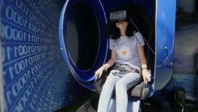 Dziewczyna z rzeczywistość wirtualna szkłami, siedzi w krześle zdjęcie wideo