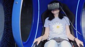 Dziewczyna z rzeczywistość wirtualna szkłami, siedzi w krześle zbiory wideo